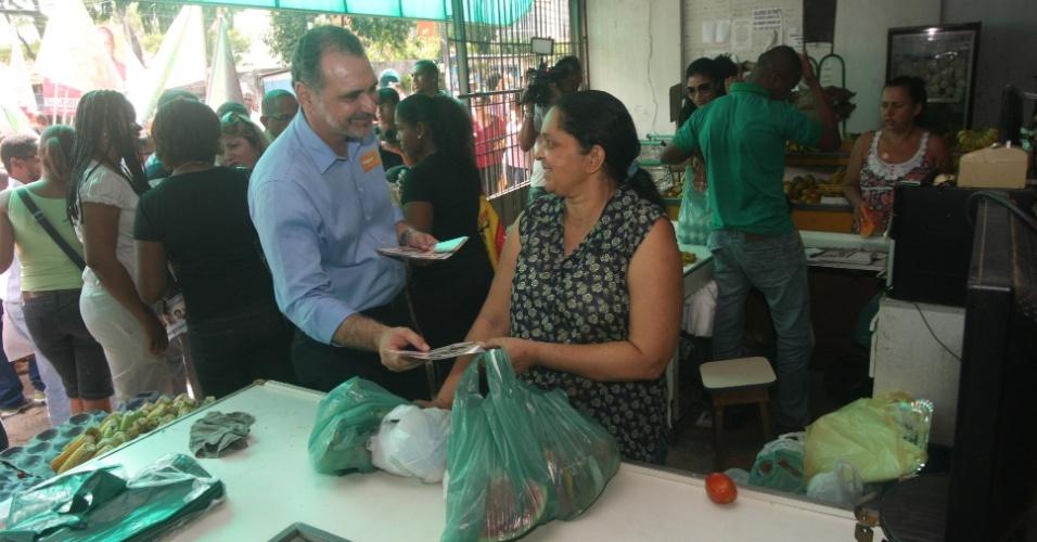 18.jul.2012 - Candidato do PT à Prefeitura de Salvador, Nelson Pelegrino, faz campanha pelo bairro de Pernambués, no centro da capital baiana