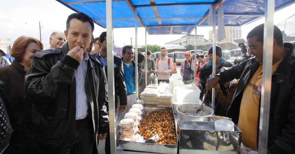 18.jul.2012 - Celso Russomanno, candidato do PRB à Prefeitura de São Paulo, visita a Feira da Madrugada, na rua São Caetano, região do Brás, na manhã desta quarta-feira (18)