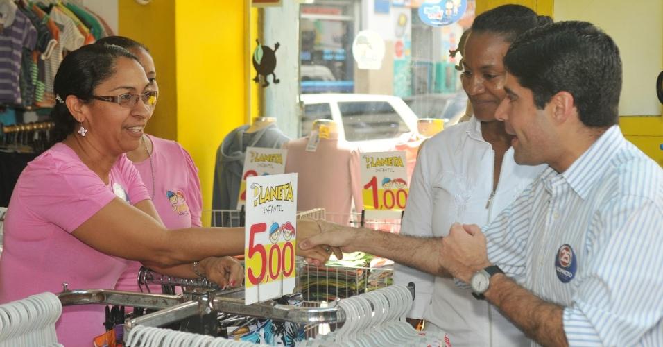 18.jul.2012 - O candidato à Prefeitura de Salvador, ACM Neto, conversa com comerciantes durante uma caminhada pela avenida JJ Seabra, conhecida popularmente como Baixa dos Sapateiros.