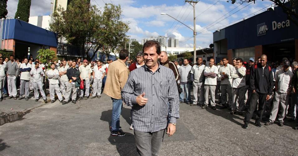 18.jul.2012 - O candidato à Prefeitura de São Paulo pelo PDT, Paulinho da Força, visitou os funcionários da empresa Deca, no bairro da Água Branca, local onde trabalhou na década de 1970 e iniciou sua militância sindical