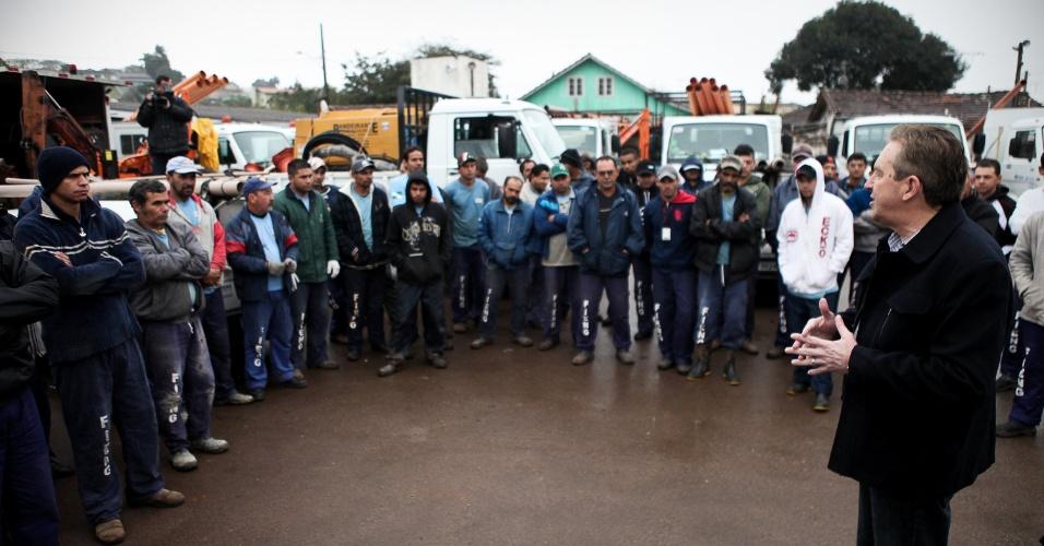 18.jul.2012 - O prefeito de Curitiba e candidato à reeleição pelo PSB, Luciano Ducci (à dir.), conversou nesta quarta-feira com os trabalhadores da área de infraestrutura, saneamento e indústria, na região do Parolin