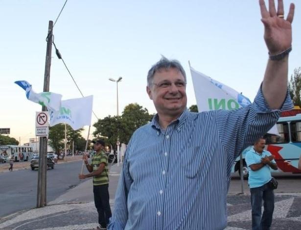 18.jul.2012 - O candidato à Prefeitura de Fortaleza Moroni Torgan (DEM) participou de um bandeiraço nas ruas da cidade, acompanhado por uma comitiva de militantes do partido