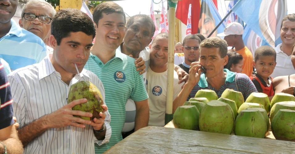 19.jul.2012 - ACM Neto, candidato do DEM à Prefeitura de Salvador, toma água de coco durante caminhada pelo bairro do Uruguai, na capital baiana