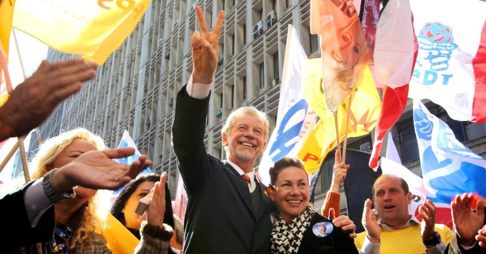 19.jul.2012 - José Fortunati, candidato à reeleição pelo PDT em Porto Alegre, participou na manhã desta quinta-feira (19) de ato na esquina democrática, no centro da capital gaúcha