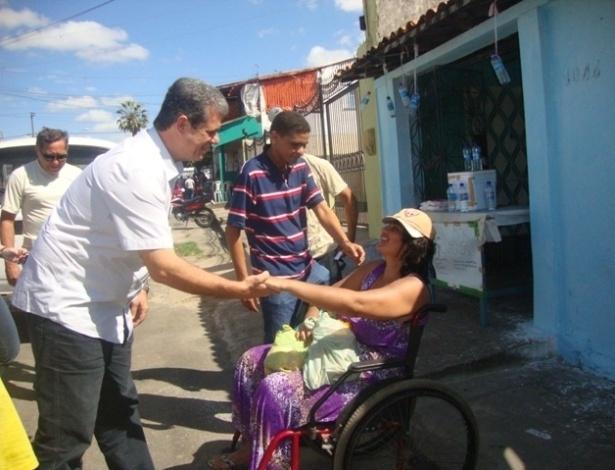 19.jul.2012 - Marcos Cals, candidato do PSDB à Prefeitura de Fortaleza, faz caminhada pelo bairro de Granja Portugal, região oeste da capital cearense