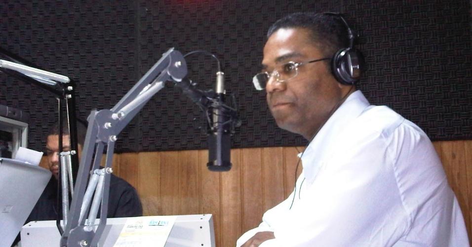 """19.jul.2012 - O candidato do PRB à Prefeitura de Salvador, Márcio Marinho, concedeu entrevista nesta quinta-feira (19) à rádio """"Cruzeiro AM"""""""