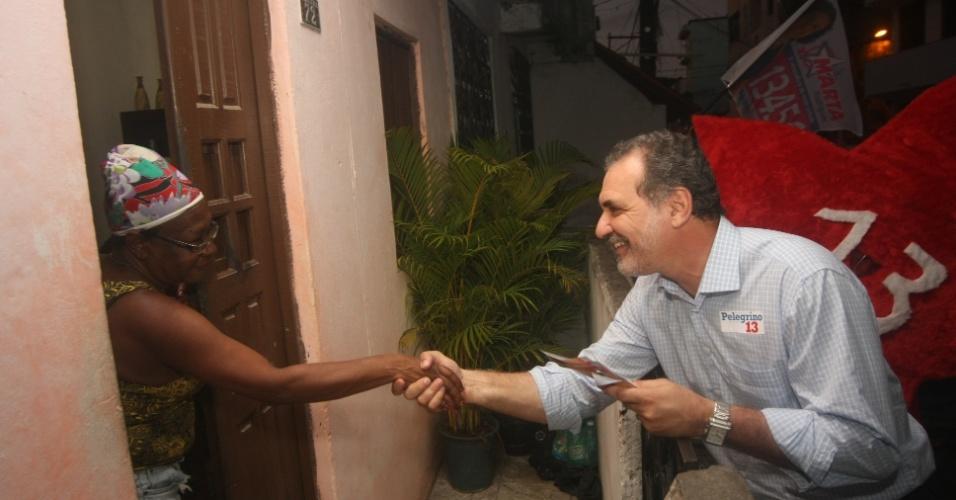 19.jul.2012 - O candidato do PT à Prefeitura de Salvador, Nelson Pelegrino, cumprimenta uma moradora do bairro de Itapagipe, durante caminhada de campanha