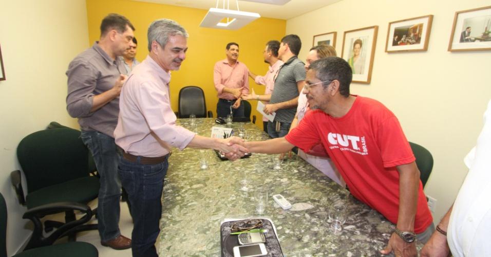 19.jul.2012 - Humberto Costa (à esq.), candidato do PT à Prefeitura do Recife, participa de reunião com representantes de centrais sindicais na capital pernambucana