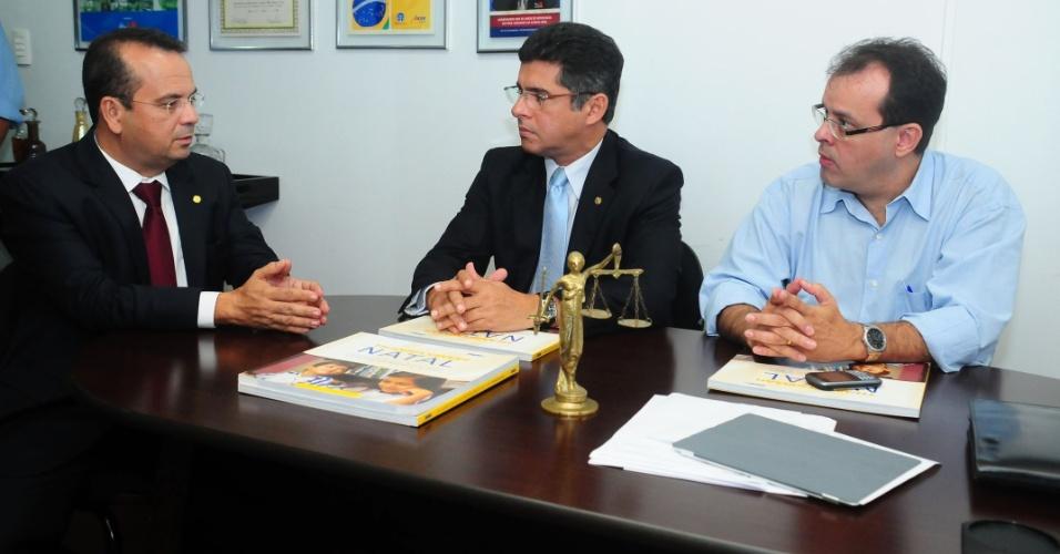 19.jul.2012 - O candidato à Prefeitura de Natal Rogério Marinho (PSDB) participou da reunião do conselho da Ordem dos Advogados do Brasil (OAB), seccional Rio Grande do Norte, onde debateu os principais problemas da cidade