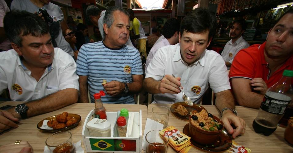 20.jul.2012 - Geraldo Julio, candidato do PSB à Prefeitura do Recife, almoça com eleitores no Mercado da Encruzilhada, na zona norte da capital pernambucana