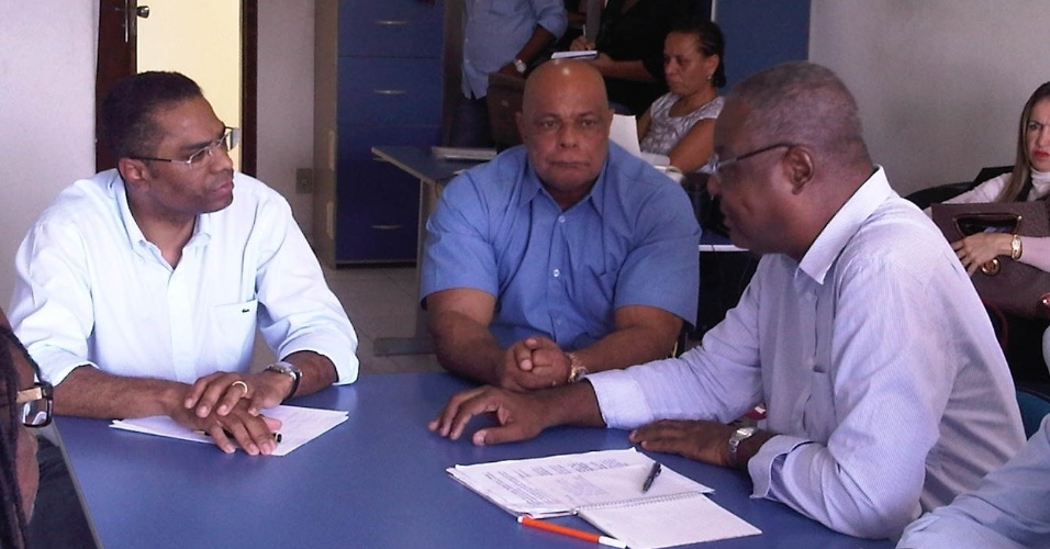 20.jul.2012 - O candidato do PRB à Prefeitura de Salvador, Márcio Marinho, se encontra com membros do Fórum de Entidades Negras da Bahia