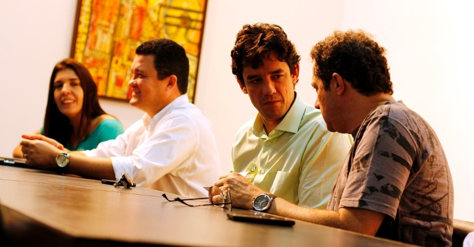20.jul.2012 - O candidato do PSDB à Prefeitura do Recife, Daniel Coelho (de verde), e sua vice, Débora Albuquerque (PPS), participaram de uma reunião com empresários do setor de tecnologia da informação, nesta sexta-feira, na sede do Porto Digital, espaço que reúne empresas e instituições de ensino e pesquisa do setor