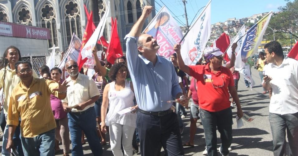20.jul.2012 - O candidato do PT à Prefeitura de Salvador, Nelson Pelegrino, fez caminhada pelo bairro do Uruguai na manhã desta sexta-feira (20)