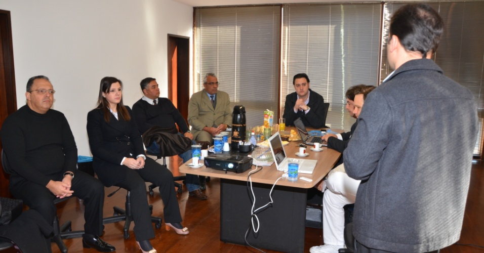 20.jul.2012 - Ratinho Júnior, candidato do PSC à Prefeitura de Curitiba, se reuniu na manhã desta sexta-feira (20) com médicos especialistas em saúde pública para elaborar seu plano de governo para o setor