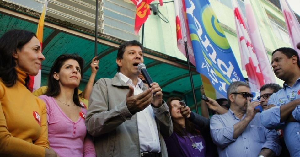 21.jul.2012 - O candidato do PT à Prefeitura de São Paulo, Fernando Haddad, discursa durante caminhada na zona sul da cidade. Pesquisa Datafolha divulgada neste sábado aponta o petista com 7% das intenções de voto