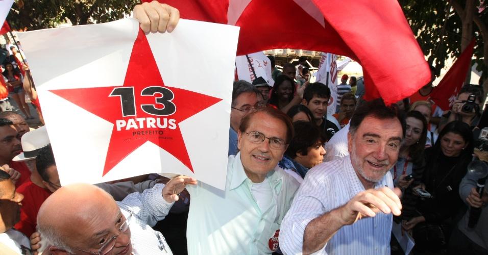 21.jul.2012 - Segundo colocado na pesquisa Datafolha em Belo Horizonte, Patrus Ananias faz campanha no bairro Paulo 6ª.