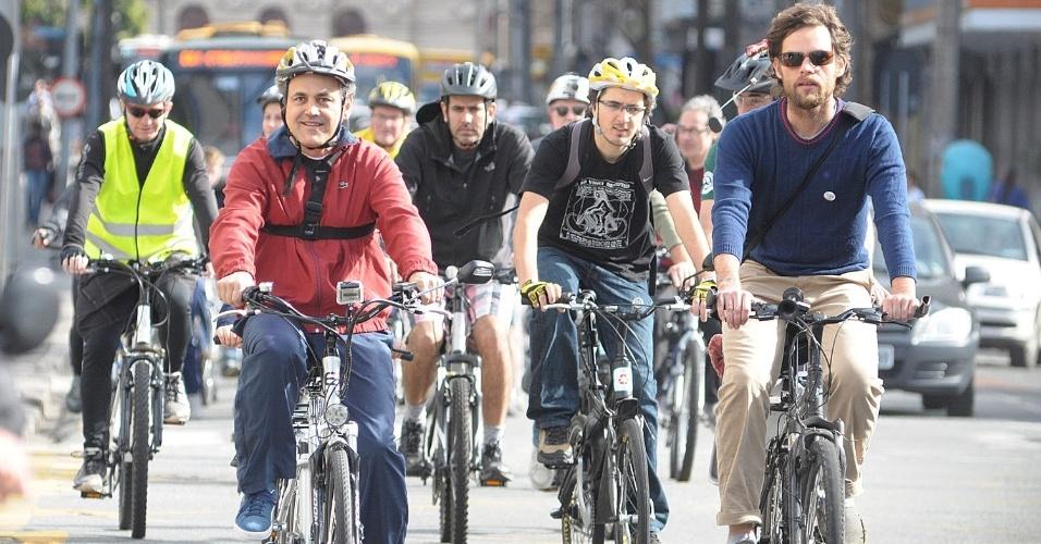 21.jul.2012 - O candidato do PDT à Prefeitura de Curitiba, Gustavo Fruet (de vermelho), pedalou no centro da cidade acompanhado por grupos que defendem a maior utilização da bicicleta como meio de transporte. Fruet assinou uma carta-compromisso contendo 10 propostas para mehorar a mobilidade dos ciclistas na cidade