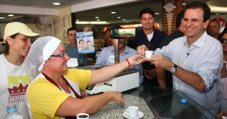 22.jul.2012 - Candidato à reeleição para a Prefeitura do Rio de Janeiro, Eduardo Paes (PMDB), toma um cafezinho durante caminhada de campanha no bairro do Méier, zona norte da cidade