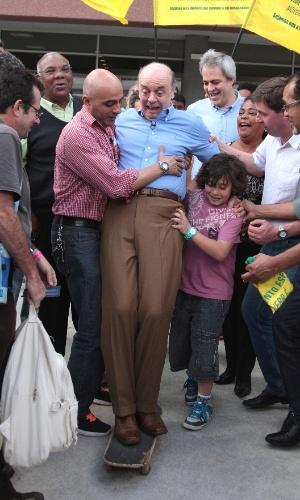 22.jul.2012 - O candidato do PSDB à Prefeitura de São Paulo, José Serra, tenta andar de skate durante visita ao Parque da Juventude, zona norte da capital. Além de quase cair de skate, o candidato beijou palhaços e assistiu a um espetáculo de dança típica da Rússia