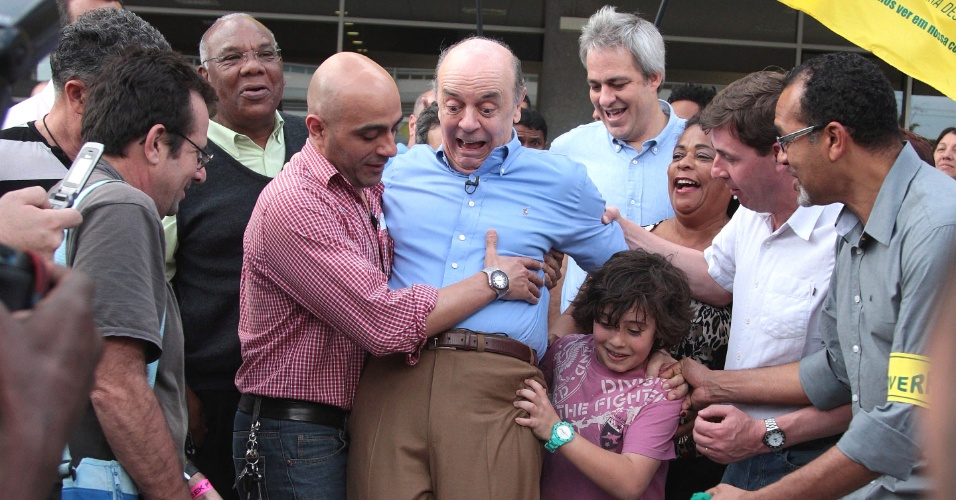 22.jul.2012 - O candidato do PSDB à Prefeitura de São Paulo, José Serra, tenta andar de skate durante visita ao Parque da Juventude, zona norte da capital. Além de quase cair de skate, o candidato beijou palhaços e assistiu a um espetáculo de dança típica da Rússia
