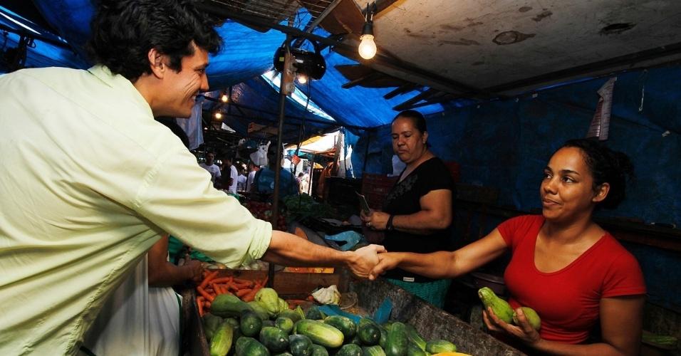 22.jul.2012 - O candidato do PSDB à Prefeitura do Recife, Daniel Coelho, cumprimenta uma vendedora durante caminhada pela feira do bairro de Nova Descoberta. Pesquisa Datafolha aponta Coelho com 8% das intenções de voto