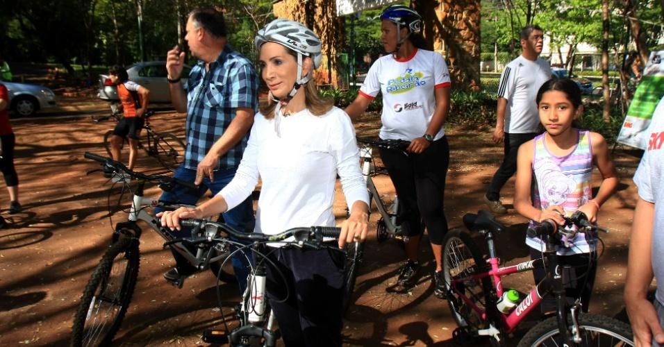 22.jul.2012 - A prefeita de Ribeirão Preto (SP) e candidata à reeleição pelo PSD, Dárcy Vera, faz passeio de bicicleta no parque Curupira na manhã deste domingo (22)