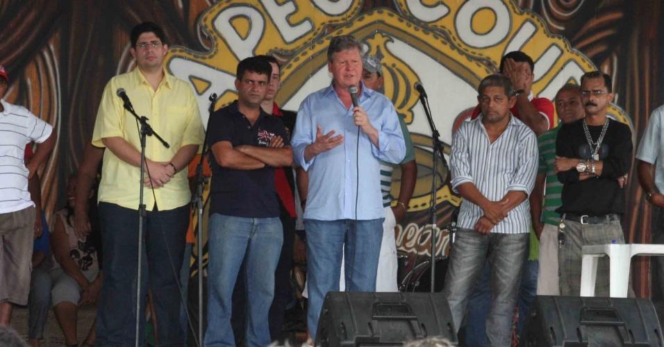 """22.jul.2012 - Arthur Virgílio, candidato do PSDB à Prefeitura de Manaus, discursa para líderes comunitários no balneário """"Chapéu de Couro"""", no bairro Ramal do Brasileirinho, zona leste da capital amazonense"""