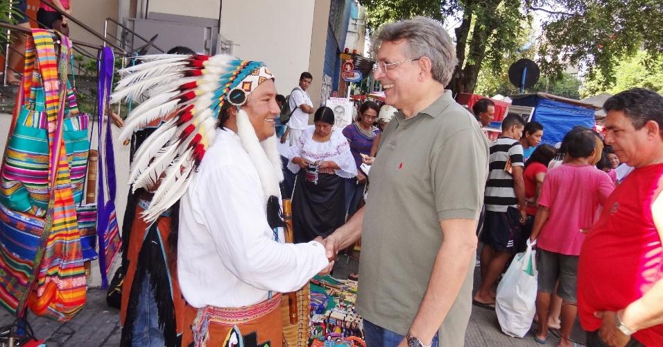 22.jul.2012 - O candidato à Prefeitura de Manaus pelo DEM, Pauderney Avelino, conversa com feirantes no mercado Adolpho Lisboa durante caminhada na manhã deste domingo (22)