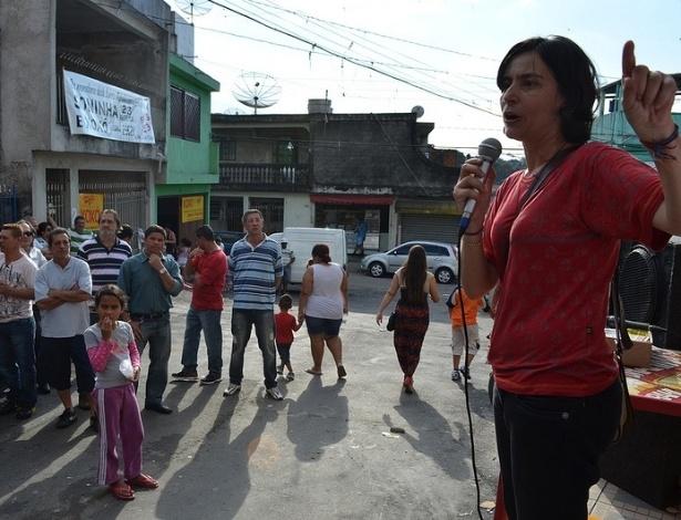 22.jul.2012 - Soninha Francine, candidata pelo PPS à Prefeitura de São Paulo, discursa para moradores da Vila Matilde, zona leste da capital paulista, durante caminhada pelo bairro na tarde deste domingo (22)