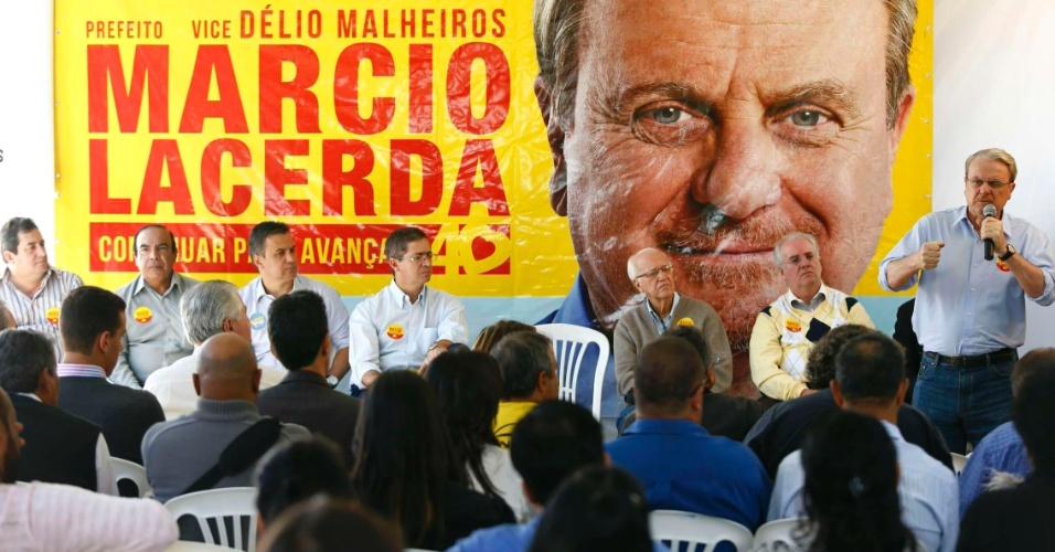 23.jul.2012 - O candidato à reeleição em Belo Horizonte pelo PSB, Marcio Lacerda (à dir.), discursa para dirigentes da União Geral dos Trabalhadores (UGT), Força Sindical e Nova Central dos Trabalhadores de Minas Gerais na manhã desta segunda-feira (23)