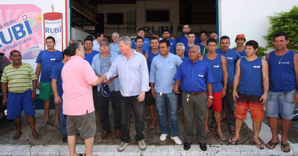 23.jul.2012 - O candidato do PSDB à Prefeitura de Manaus, Arthur Virgílio Neto (de azul), cumprimenta um eleitor durante visita de campanha à uma fábrica do pólo industrial de Manaus