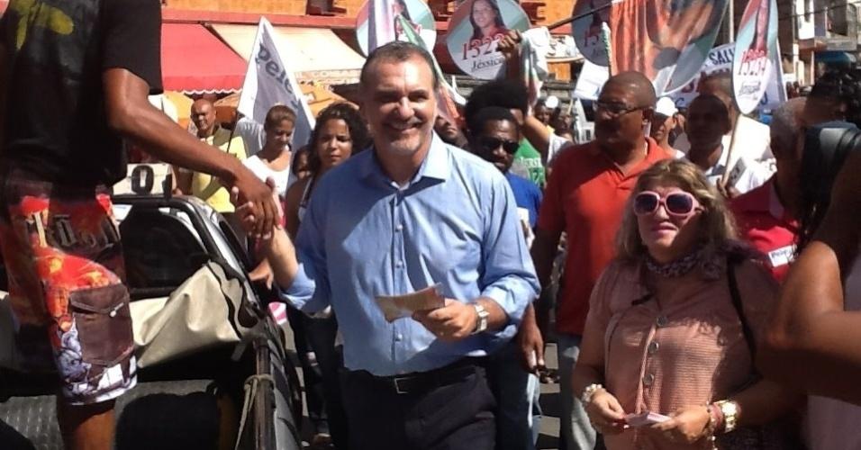 23.jul.2012 - O candidato do PT à Prefeitura de Salvador, Nelson Pelegrino, faz panfletagem pelas ruas do bairro Boca do Rio, zona central da capital baiana