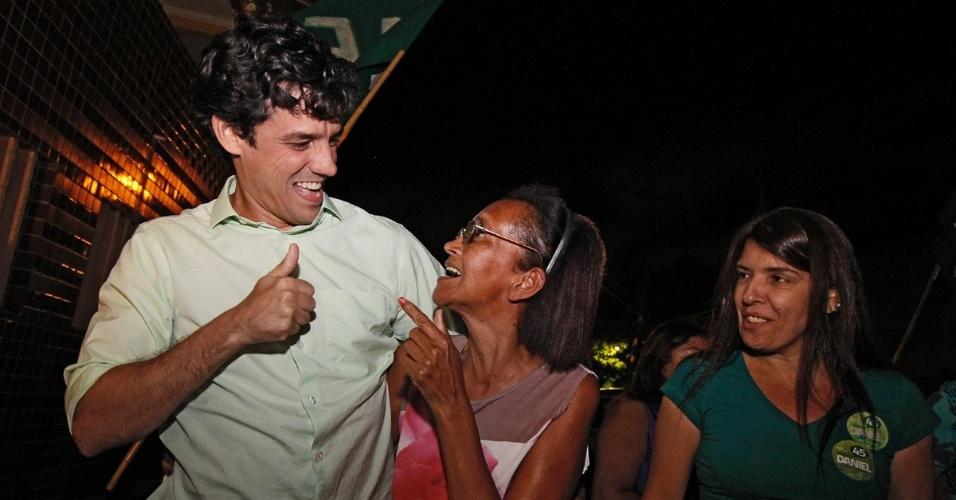 23.jul.2012 - O candidato do PSDB à Prefeitura do Recife, Daniel Coelho, conversa com eleitores durante caminhada pela Vila do Sesi, no bairro do Ibura, zona sul da capital pernambucana