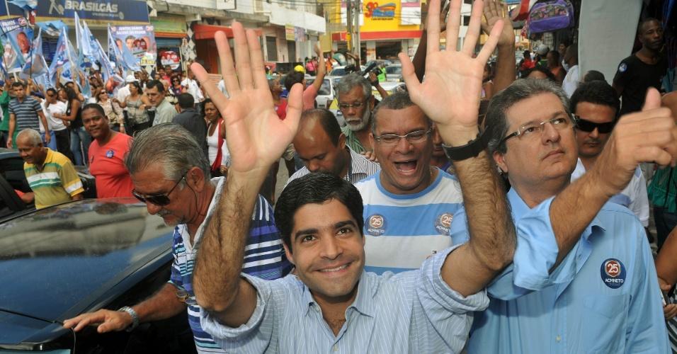24.jul.2012 - ACM Neto, candidato do DEM à Prefeitura de Salvador, faz caminhada pelo bairro de Cajazeiras na manhã desta terça-feira (24)