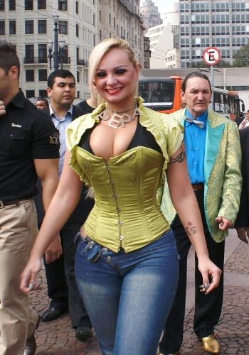 """24.jul.2012 - Candidata a vereadora pelo PT do B, Suellem Rocha, a """"Mulher Pêra"""", fez campanha pelas ruas do centro de São Paulo"""