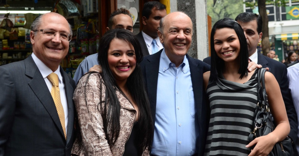 24.jul.2012 - José Serra, candidato do PSDB à Prefeitura de São Paulo, fez caminhada pelas ruas do centro de São Paulo na tarde desta terça-feira (24) ao lado do governador Geraldo Alckmin (à esq.)