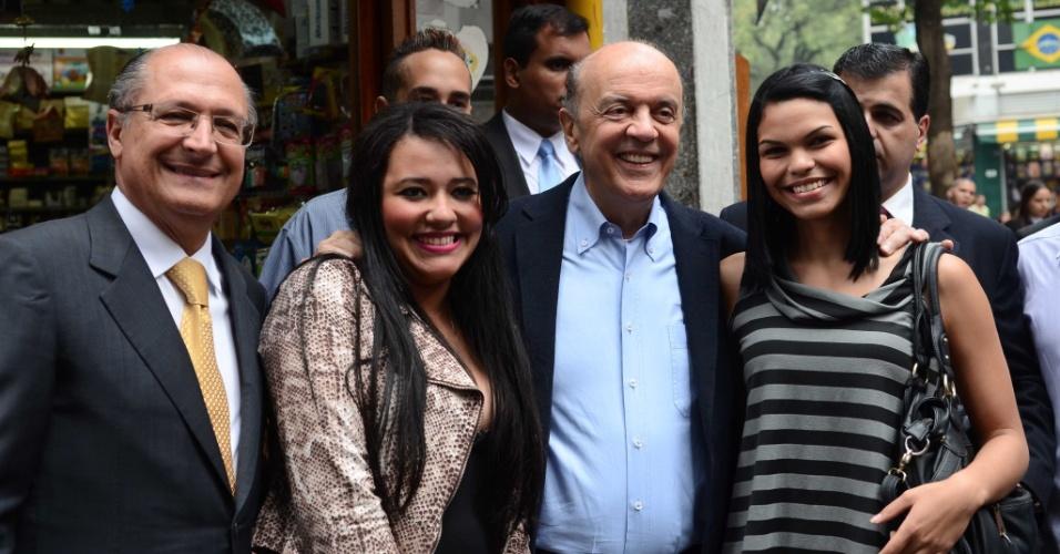 24.jul.2012 - José Serra, candidato do PSDB à Prefeitura de São Paulo, fez caminhada pelas ruas do centro de São Paulo na tarde desta terça-feira (24) ao lado do governador Geraldo Alckmin (à esq.)