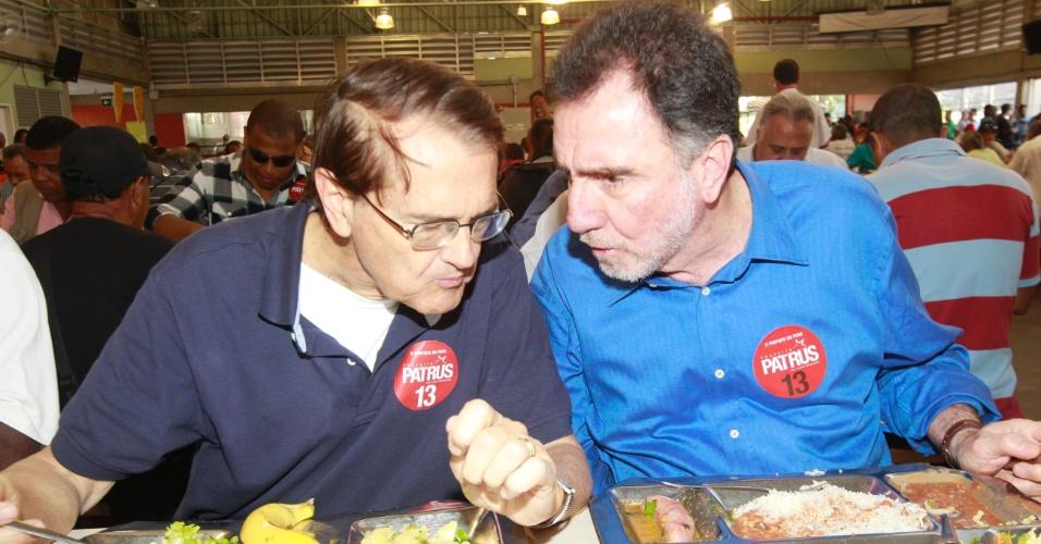 24.jul.2012 - O candidato à Prefeitura de Belo Horizonte pelo PT, Patrus Ananias (à direita), e o vice na chapa, Aloisio Vasconcelos, almoçam em restaurante popular do centro da capital mineira, nesta terça-feira