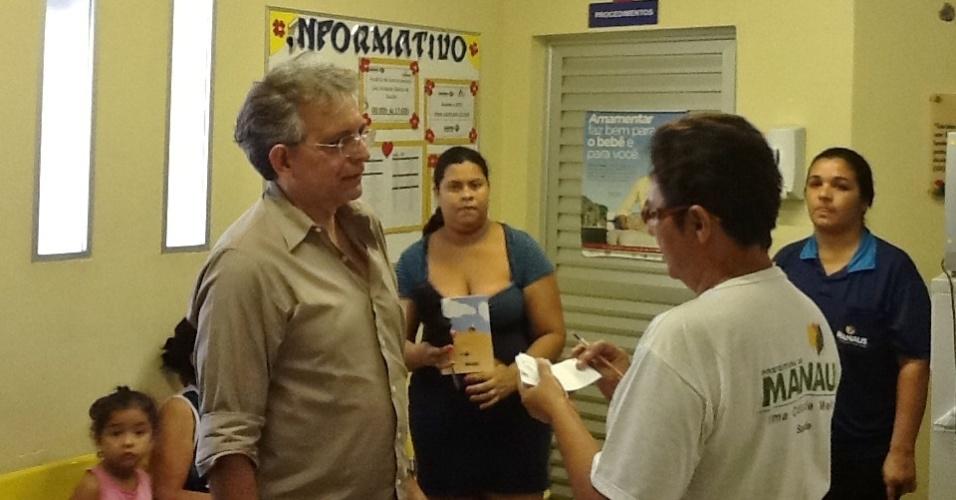 24.jul.2012 - O candidato do DEM à Prefeitura de Manaus, Pauderney Avelino (à esq.) visita as UBS (Unidades Básicas da Saúde) nos bairros de Cidade Nova e Campo Dourado, na zona norte da capital amazonense