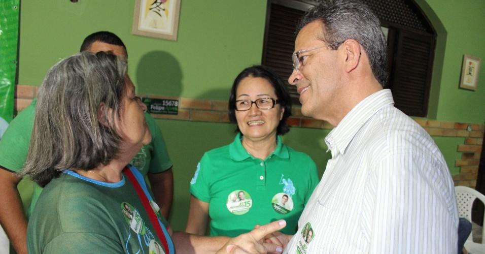 24.jul.2012 - O candidato do PMDB à Prefeitura de Natal, Hermano Morais (à dir.) conversa com eleitores duranta visita ao bairro de Ponta Negra