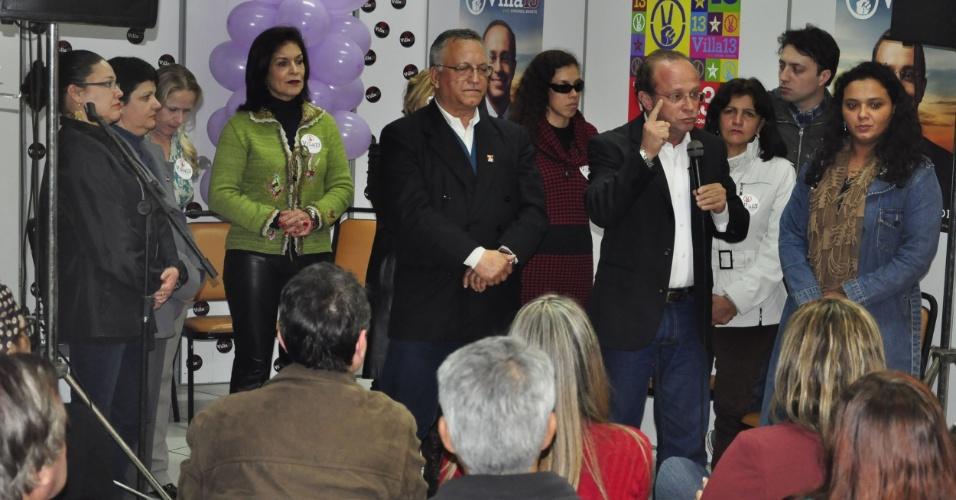 24.jul.2012 - O candidato do PT à Prefeitura de Porto Alegre, Adão Villaverde, discursa em seu comitê de campanha durante evento que marcou a assinatura de uma carta de compromisso sobre políticas públicas voltadas para as mulheres