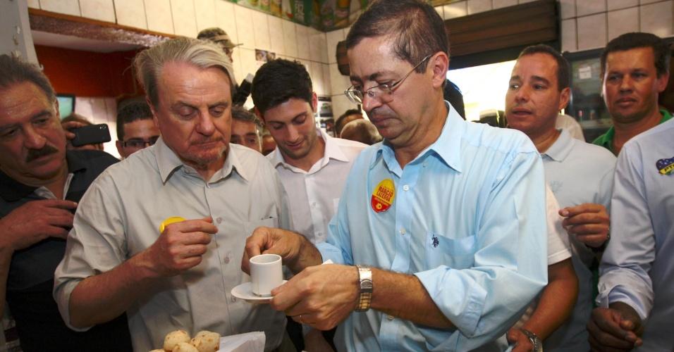 24.jul.2012 - O prefeito de Belo Horizonte e candidato à reeleição pelo PSB, Marcio Lacerda (à esquerda), participa de ato de campanha no bairro Renascença, na região nordeste da capital mineira, nesta terça-feira (24).