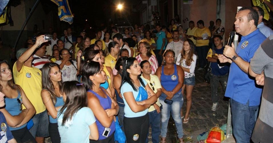 24.jul.2012 - O candidato pelo PSDB à Prefeitura de Natal, Rogério Marinho (à esq.), discursa para eleitores durante caminhada pelo bairro de Nova Descoberta, na noite desta terça-feira (24)