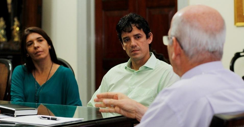 25.jul.2012 - Daniel Coelho, candidato do PSDB à Prefeitura do Recife, visitou na manhã desta quarta-feira (25) o Arcebispo de Recife e Olinda, dom Fernando Saburido, no Palácio dos Manguinhos, ao lado de sua vice, Débora Albuquerque (PPS)