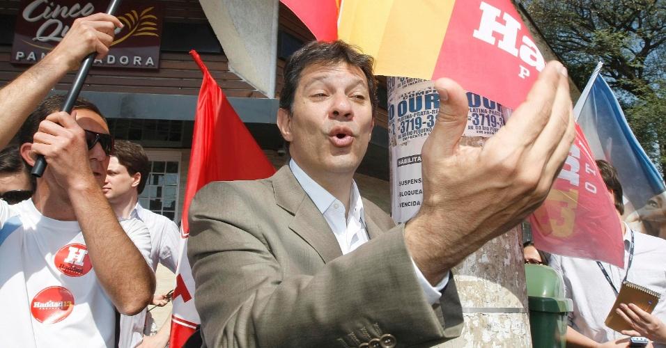 25.jul.2012 - Fernando Haddad, candidato do PT à Prefeitura de São Paulo, faz caminhada pelo bairro do Rio Pequeno, zona oeste da capital paulista