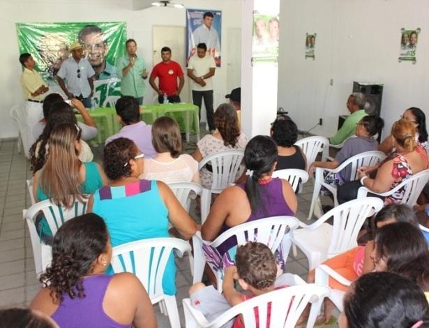 25.jul.2012 - Hermano Morais, candidato do PMDB à Prefeitura de Natal, discursa para eleitores no bairro Felipe Camarão, zona oeste da capital potiguar