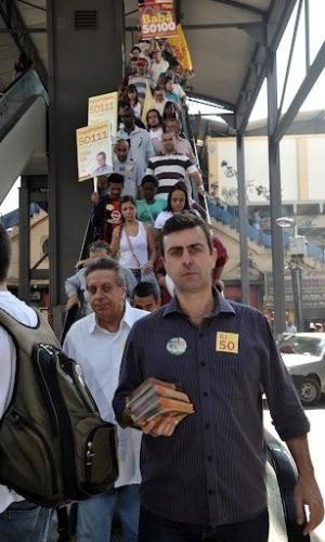 25.jul.2012 - Marcelo Freixo, candidato do PSOL à Prefeitura do Rio de Janeiro, faz campanha em Bangu, zona oeste da capital fluminense, acompanhado por militantes