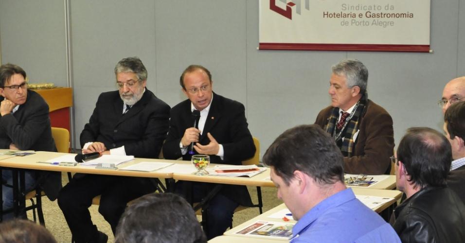 25.jul.2012 - O candidato a prefeito de Porto Alegre, Adão Villaverde (PT), fala discursa reunião com membros do Sindicato da Hotelaria e Gastronomia da capital gaúcha