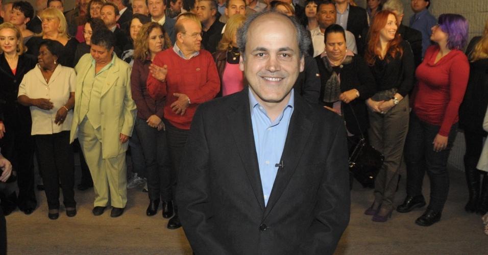 25.jul.2012 - O candidato do PDT à Prefeitura de Curitiba, Gustavo Fruet, gravou nesta quarta-feira (25) o primeiro programa para o horário eleitoral na TV com os 76 candidatos a vereador pela sua chapa