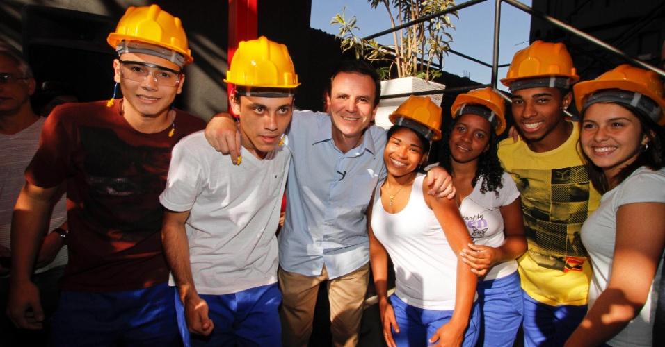 25.jul.2012 - O prefeito do Rio de Janeiro e candidato à reeleição pelo PMDB, Eduardo Paes, se reuniu na manhã desta quarta-feira (25) com integrantes de ONGs (Organizações Não Governamentais) no Complexo do Alemão, na zona norte da capital fluminense